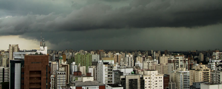 Temperaturas altas e pluviosidade são fatores que contribuem com a proliferação dos mosquitos transmissores de doenças. Somente em 2019, mais de 2,7 milhões de casos de dengue foram registrados na América Latina