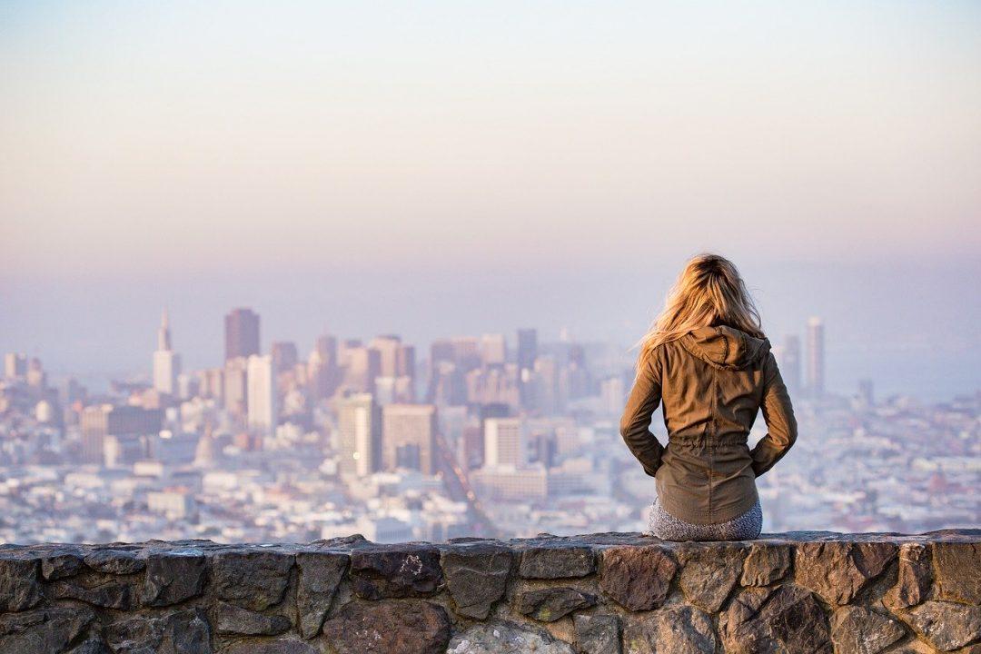 MULHER contempla o panora de uma cidade
