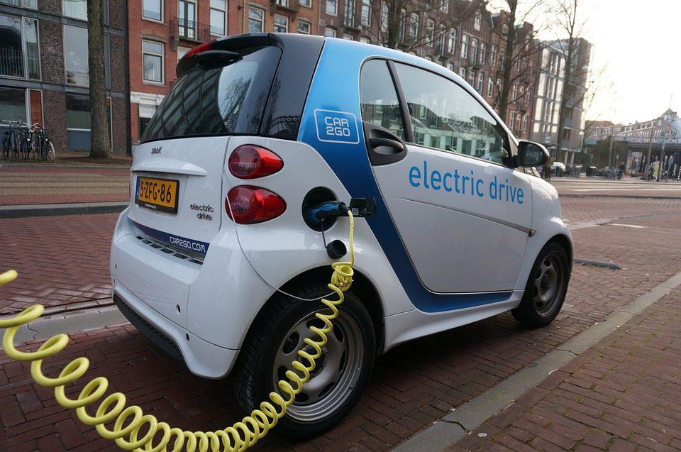 Governos e indústrias apostam no desenvolvimento do conceito de mobilidade elétrica - foto: Pixabay