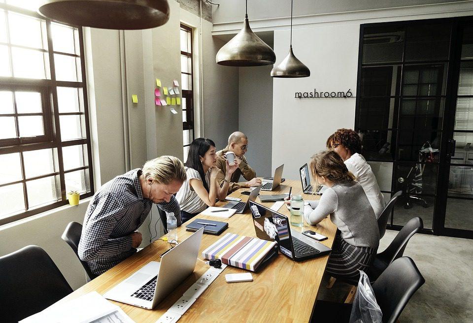 Empresas investem em cursos que estimulam os funcionários a desenvolver as habilidades humanas. Foto: Pixabay