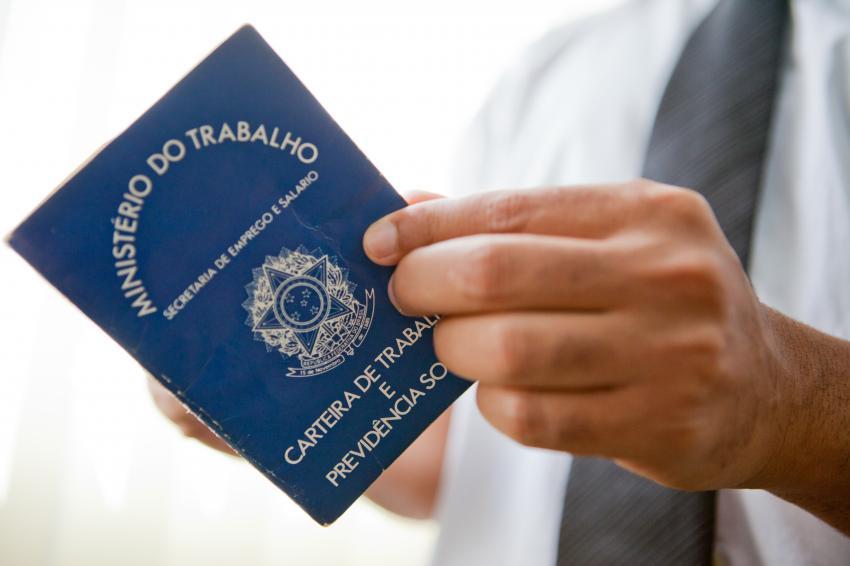 Homem de gravata manuseia a carteira de trabalho - foto: Camila Domingues -Palácio-Piratini