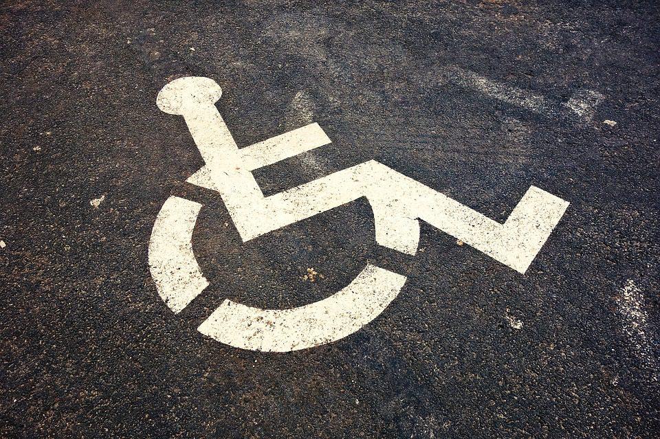 Cadeira de rodas inteligente é capaz de subir pequenos degraus e rampas mal construídas, dotada de sistema de segurança, inteligência computacional, ergonomia e conforto para a pessoa com deficiência
