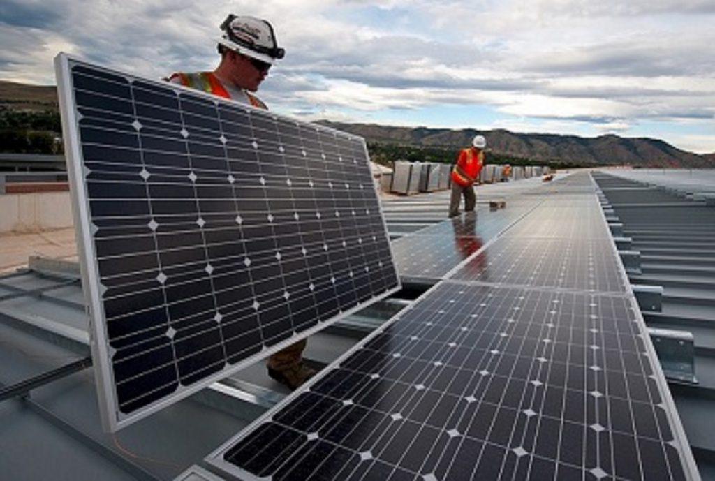 - Aumento da oferta de empregos no setor de renováveis cresce com a descentralização de seu fornecimento. Foto por Pixabay.