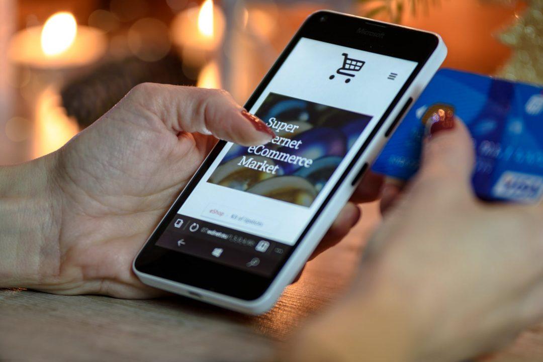 Marcas tradicionais são consolidadas no mercado, com grande força no varejo, muito mais do que as marcas exclusivamente digitais. Foto por PhotoMIX Ltd. em Pexels.com