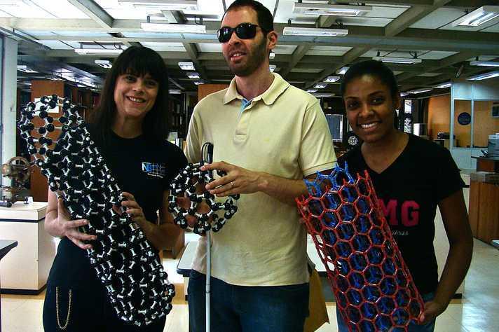 Lídia Andrade, Felipe Reis e Polyane Reis com modelos tridimensionais das estruturas nanométricas. Foto: acervo UFMG