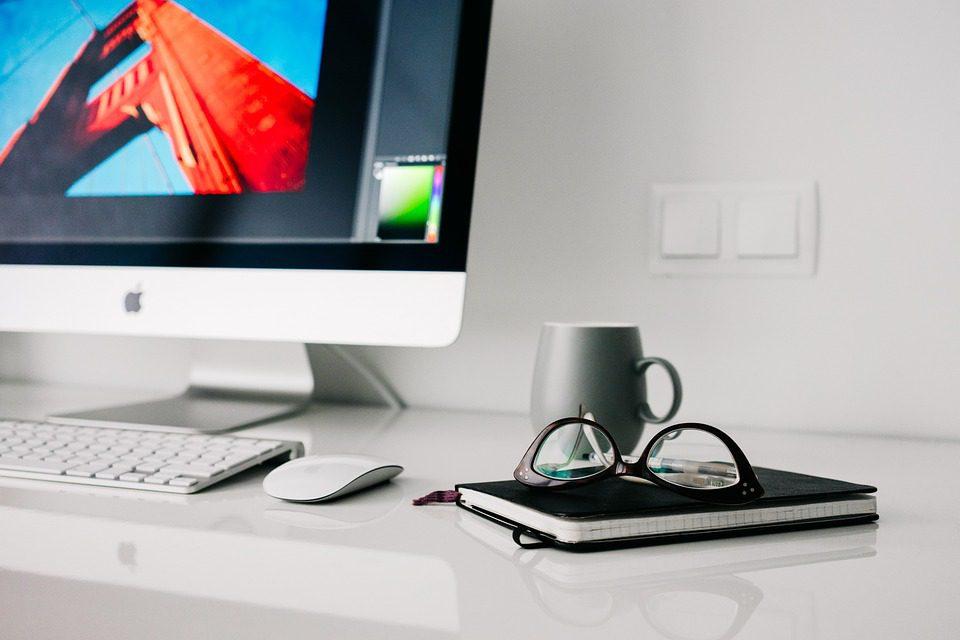 Foto ilustrativa: detalhe de computador, mouse, caderno e café, sinalizando interação entre pessoas por via digital Foto: Pixabay
