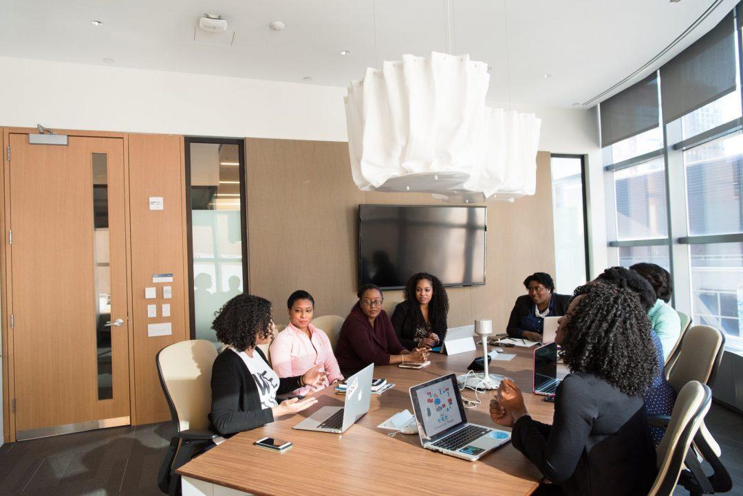 Empresas que mantêm boas práticas de RH são, em média, 51% mais competitivas que as demais. Foto por Christina Morillo em Pexels.com