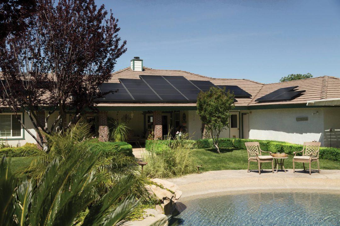 """A aplicação de tecnologias possibilita não só reduzir drasticamente as despesas. Foto por Vivint Solar em <a href=""""https://www.pexels.com/photo/black-solar-panels-on-brown-roof-2850347/"""" rel=""""nofollow"""">Pexels.com</a>"""