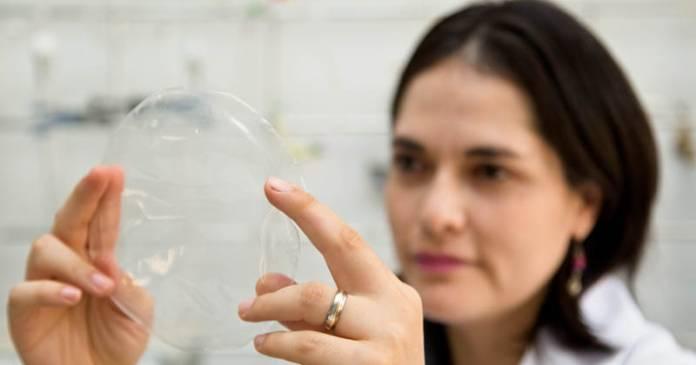 Carla Ivonne La Fuente Arias: gás ozônio é utilizado para modificar propriedades do amido de mandioca, utilizada como matéria-prima do plástico biodegradável, com vantagem de obter um produto mais resistente e transparente; técnica já teve patente requerida, visando transferência de tecnologia – Foto: Gerhard Waller/ Esalq