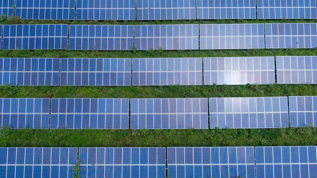 O debate se acalorou quando foram propostas pela Aneel mudanças profundas à geração distribuída quando os consumidores injetam a sua energia na rede elétrica. Foto por KML em Pexels.com