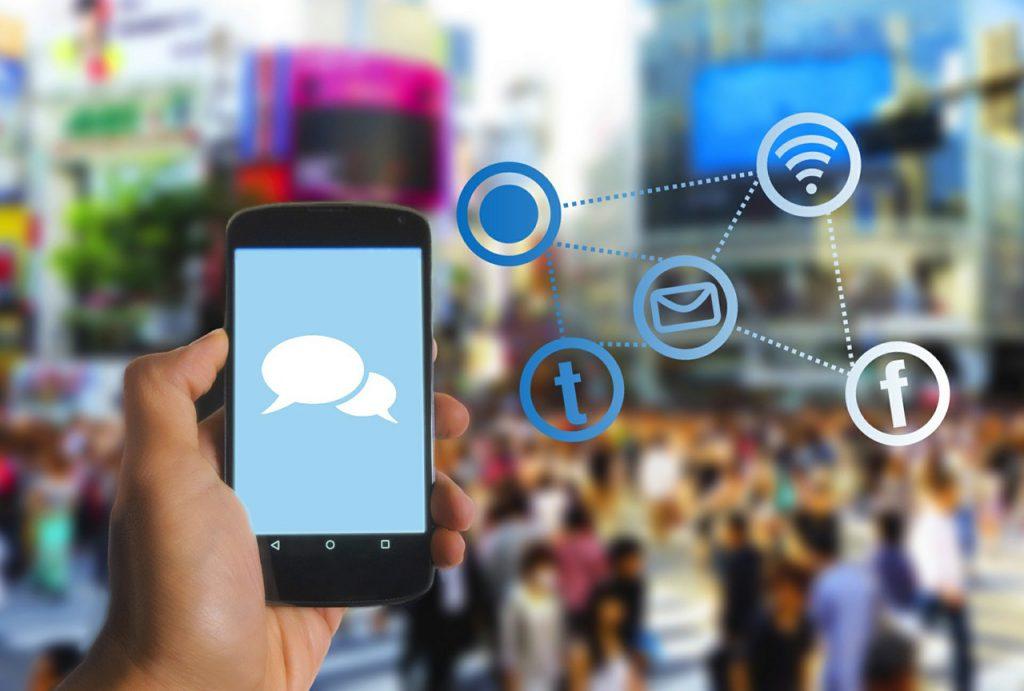 ilustração sobre realidade aumentada. celular identificar pessoas e lugares em ambiente aberto. Imagem: Pixabay