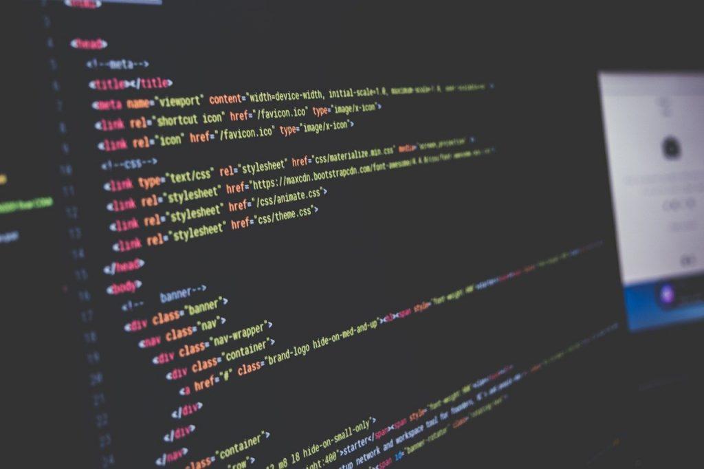 Tela de computador com dados. Profissões do futuro: detetive de dados, o especialista em buscas na internet.