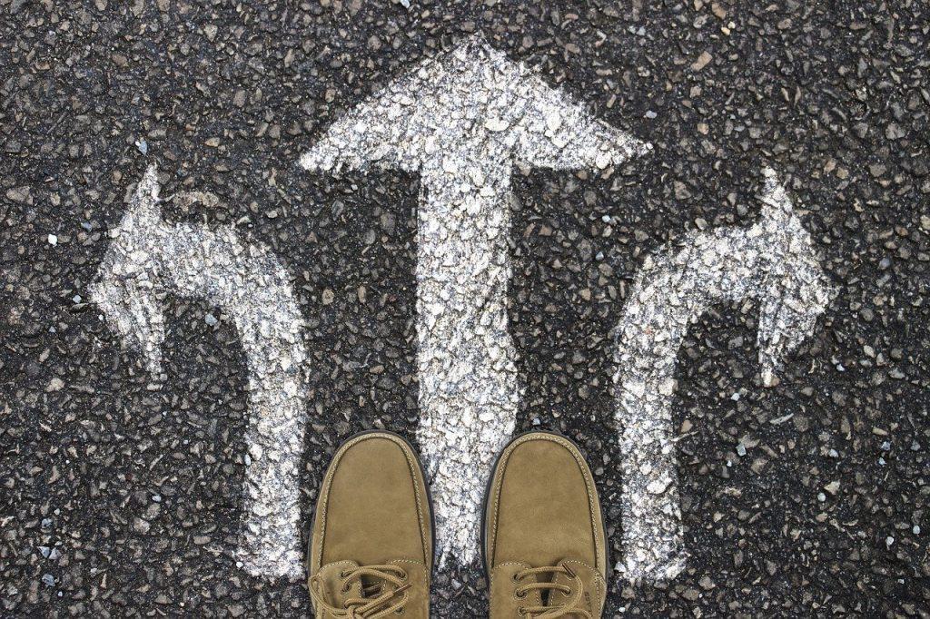 imagem ilustrativa: setas apontam para caminhos alternativos o futuro das profissões. Profissões do futuro