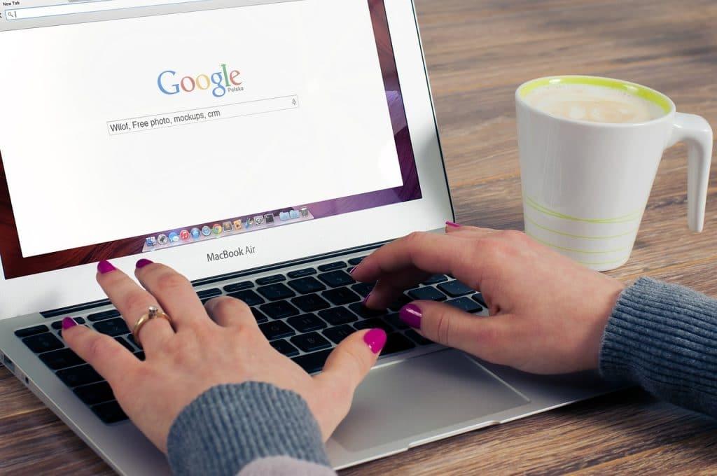 imagem fechada em mão feminina digitando busca no google, usando notebook - foto: Pixabay