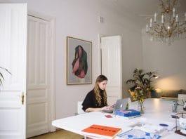 Foto de mulher escrevendo no computador de mesa photo of woman sitting near wooden doors