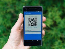 usuário de smartphone mostrando código qr code
