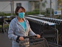 mulher com máscara empurra carrinho de supermercado foto- pixabay
