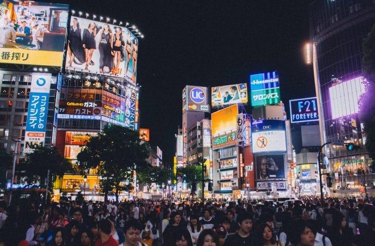 Foto da cidade de Shibuya, na China, com multidão de pessoas. Foto: Pixabay