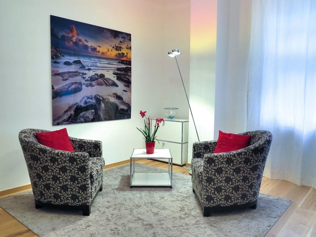 Consultório com duas cadeiras vazias - foto Pixabay