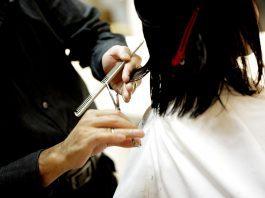 detalhe de mão de cabeleiro profissional fazendo corte de cabelo - foto: Pixabay