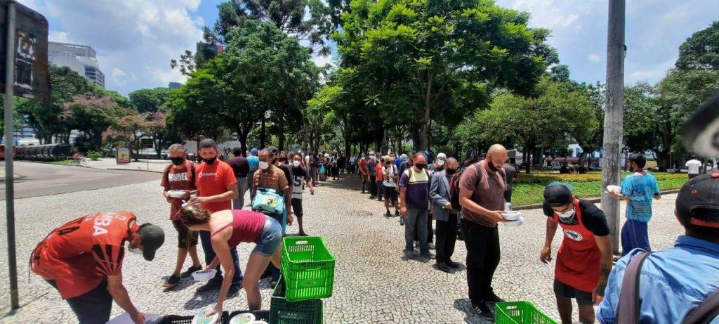 fila de pessoas em busca de comida fornecida pelo MST - foto: Fotos publicas