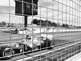 detalhe de carro de fórmula 1 visto de um alambrado - foto - pixabay
