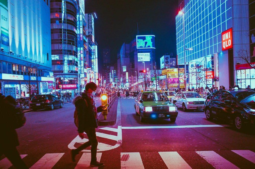 japao osaka homem atressando rua movimentada e repleta de letreiros eletronicos foto pixabay