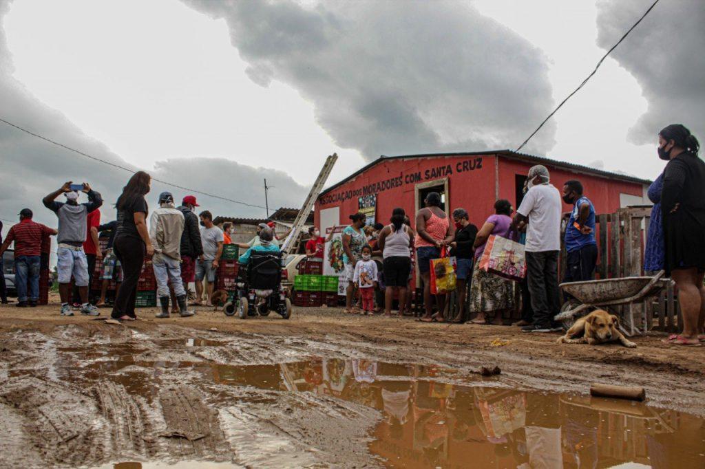 MST promove distribuição de alimentos em área miserável - Fotos Valmir Neves Fernandes/MST-PR e Giorgia Prates