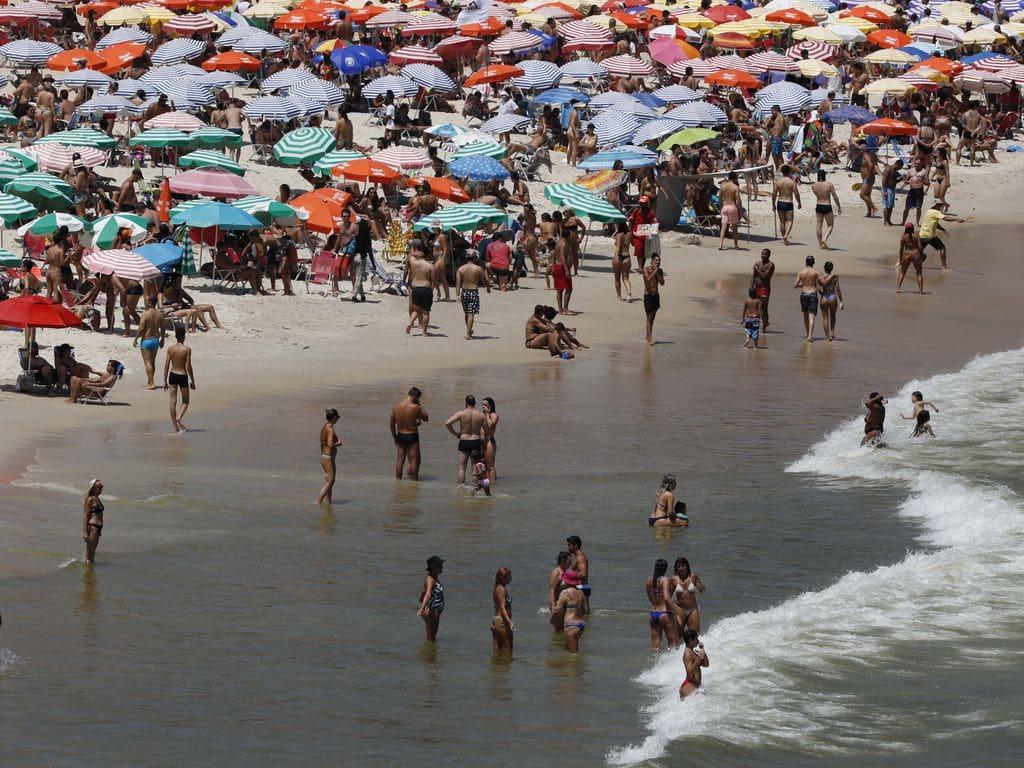 praia de Ipanema, no Rio de janeiro, lotada no último dia do ano, apesar da pandemia - Foto: Fernando Frazão - Agência Brasil