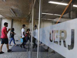 Estudantes entram na UFRJ para fazer as provas do Enem. Foto: Tânia Rêgo/Agência Brasil