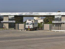caminhao carregado de vacinas sai da fábrica Serum, maior produtora de vacinas do mundo. foto: divulgação