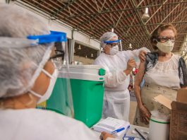 idosa sendo vacinada em caruaru, no interior de pernambuco - foto prefeitura de caruaru