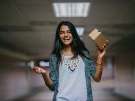 futuro do varejo - mulher segura caixa de encomenda - woman holding brown cardboard box
