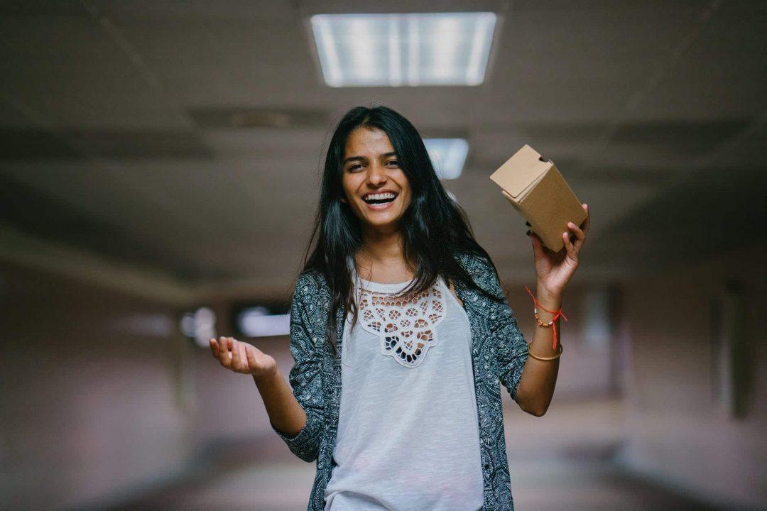 futuro do varejo: foto ilustrativa.  mulher segura caixa de embalagem marron woman holding brown cardboard box