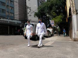 duas profissionais da saúde, de máscara, caminham em uma rua vazia de são paulo - foto: fotos públicas