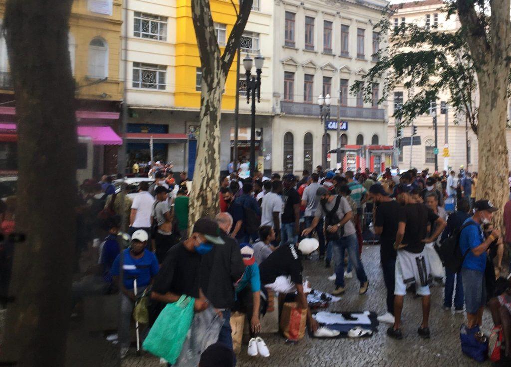 Aglomeração de pessoas em praça na capital paulista, apesar das medidas restritivas do governo - Foto Paulo Pinto / Fotos Publicas