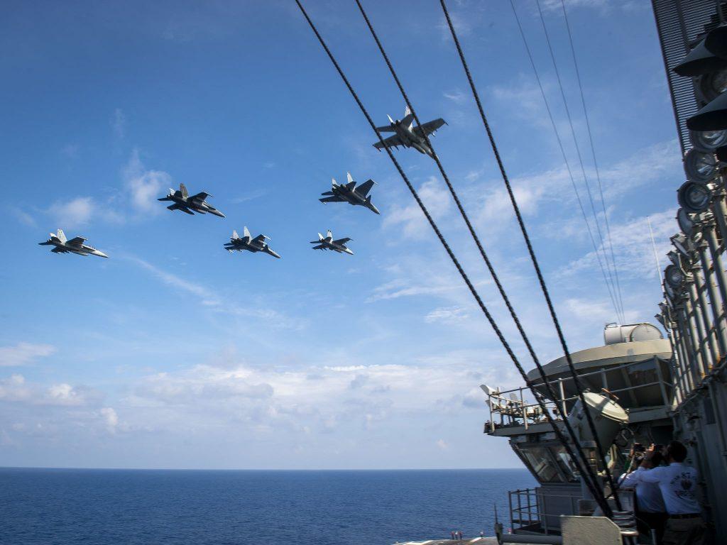 aviões de guerra dos estados unidos sobrevoam porta-avião - foto marinha dos estados unidos