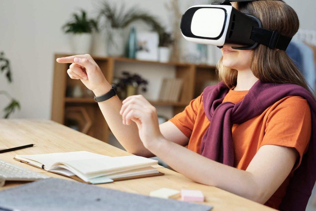 girl wearing black and white vr goggles garota usa óculos de realidade virtual preto e branco - matérias sobre como a realidade virtual ganha presença na vida das pessoas