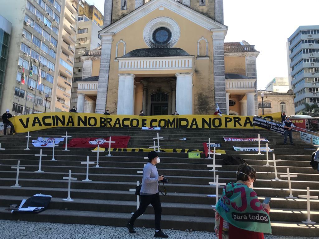 Nas Notas econômicas desta semana o destaque para a cpi da covid. foto mostra escadaria de igreja com mensagens de protestos por vacina e contra o aumento da fome
