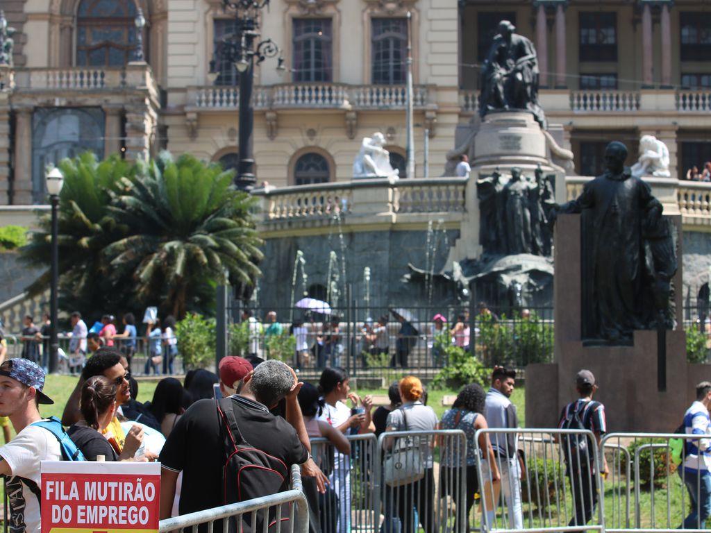 fila de pessoas buscando empregos em são paulo.  Foto: agencia brasil