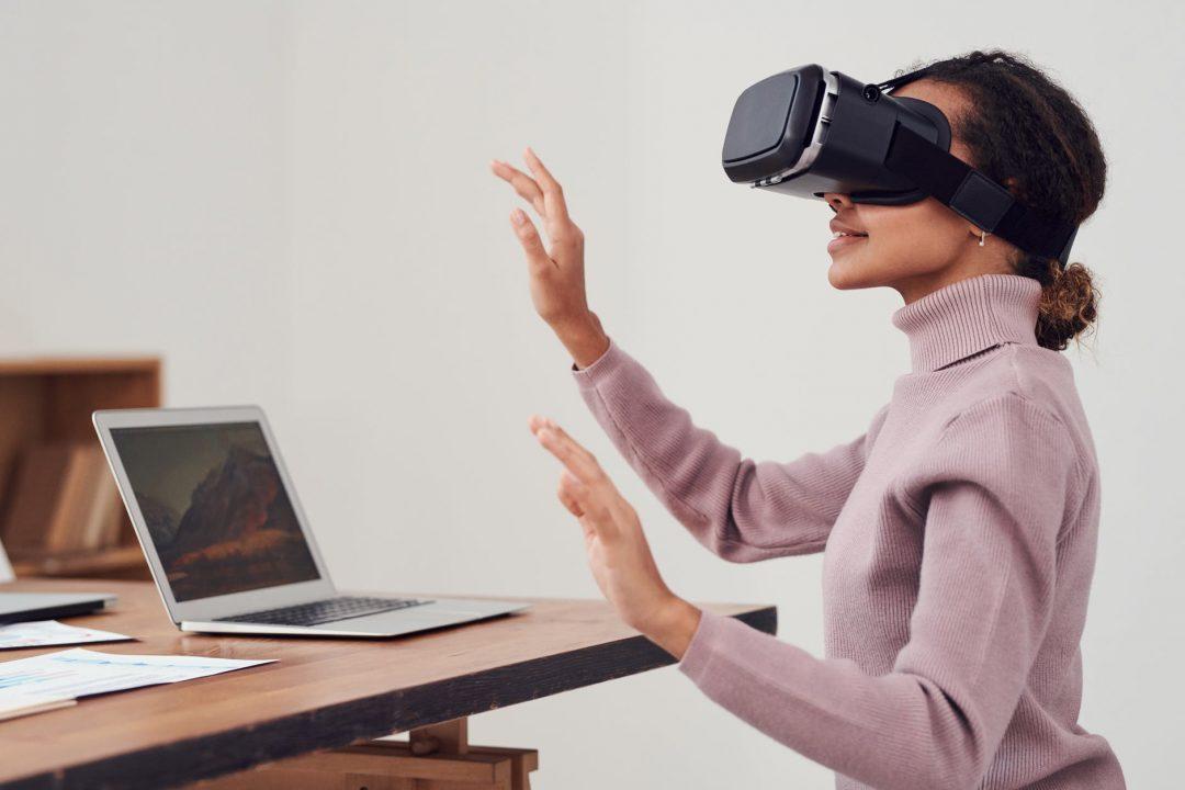 person using virtual reality goggles mulher usando realidade virtual Antecipar e apropriar das tecnologias são fatores essenciais para sobreviver no futuro