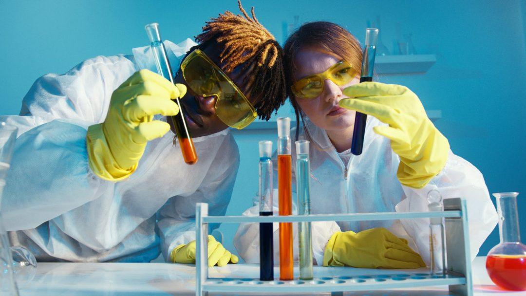 a man and a woman holding a test tube um homem e uma mulher trabalham com um tubo de teste O que é NBIC