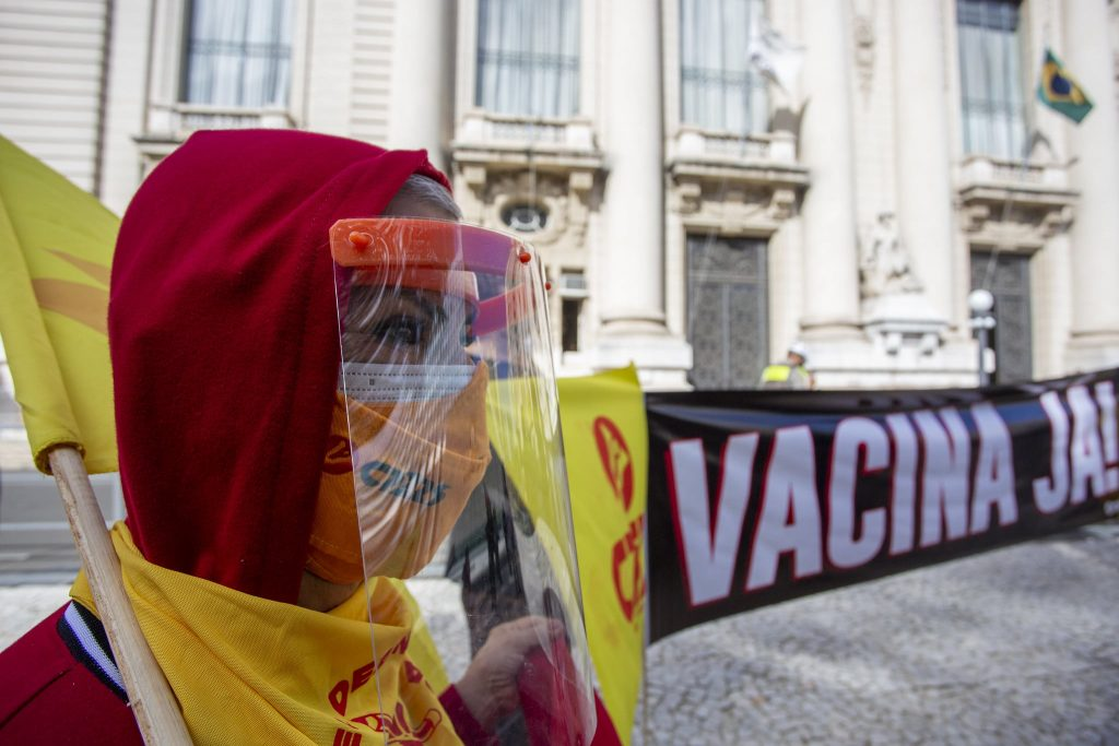professores de porto alegre protestam por vacina no dia mundial da educação