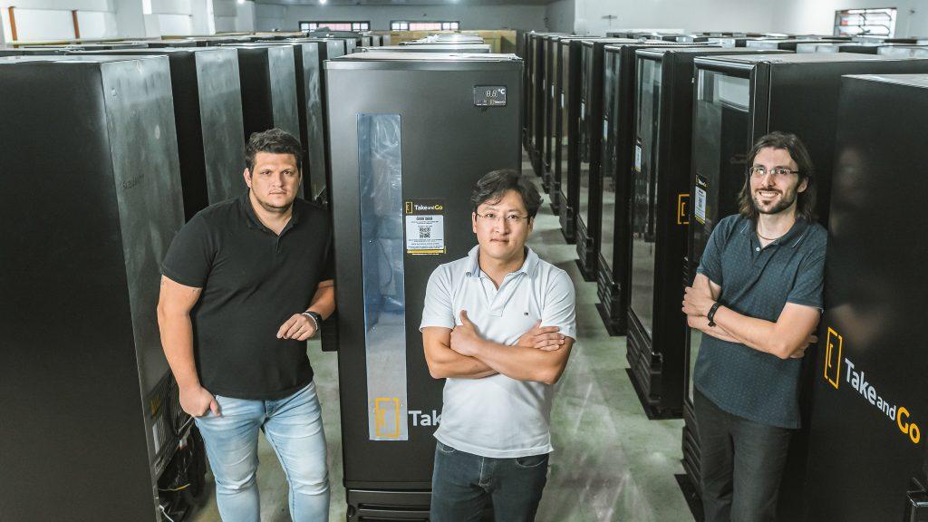 futuro do consumo: sócios de startup de vending machines de cervejas diante das máquinas foto divulgação