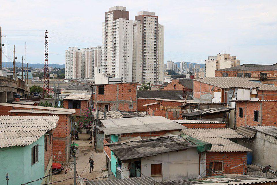 contraste de cidade brasileira: cenário entre riqueza e pobreza de moradias - o mundo em 2040