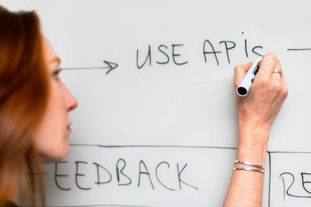 woman writing on whiteboard mulher escrevendo no quadro branco matéria profissionais de tecnologia da informação