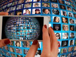 ilustracao smarphone conectado a computadores em um globo - Imagem de Gerd Altmann por Pixabay